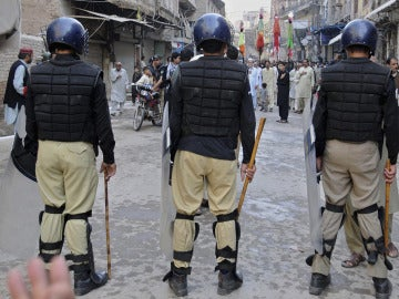 Policías en Peshawar
