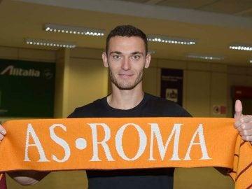 Thomas Vermaelen posa con la bufanda de la Roma