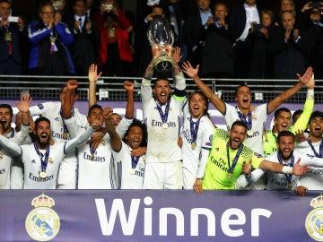 Sergio Ramos alza la Supercopa de Europa del Madrid