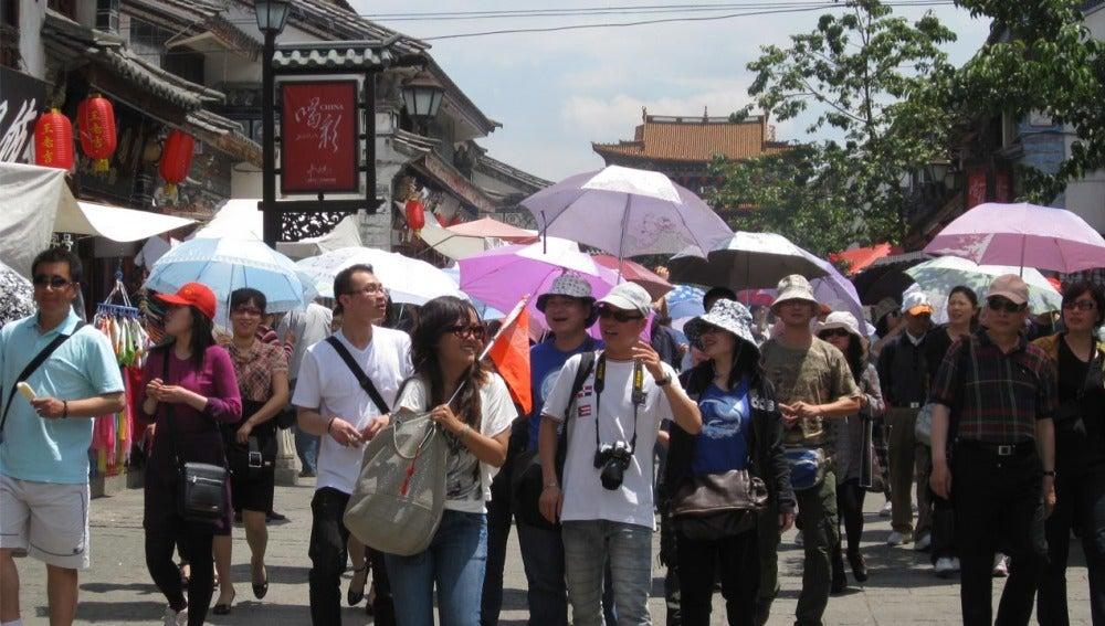 Un grupo de turistas chinos realizando una excursión