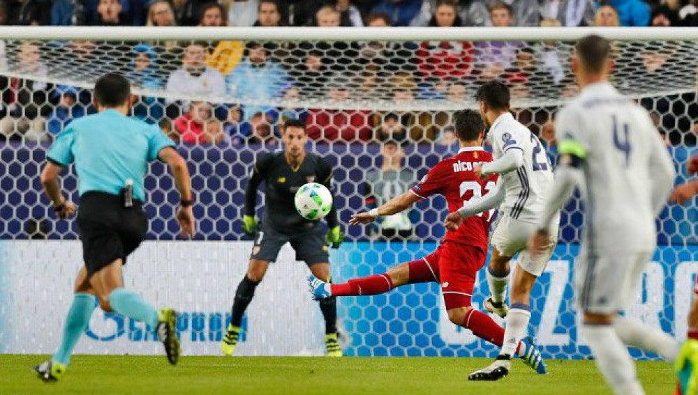 Marco Asensio dispara a portería ante el Sevilla