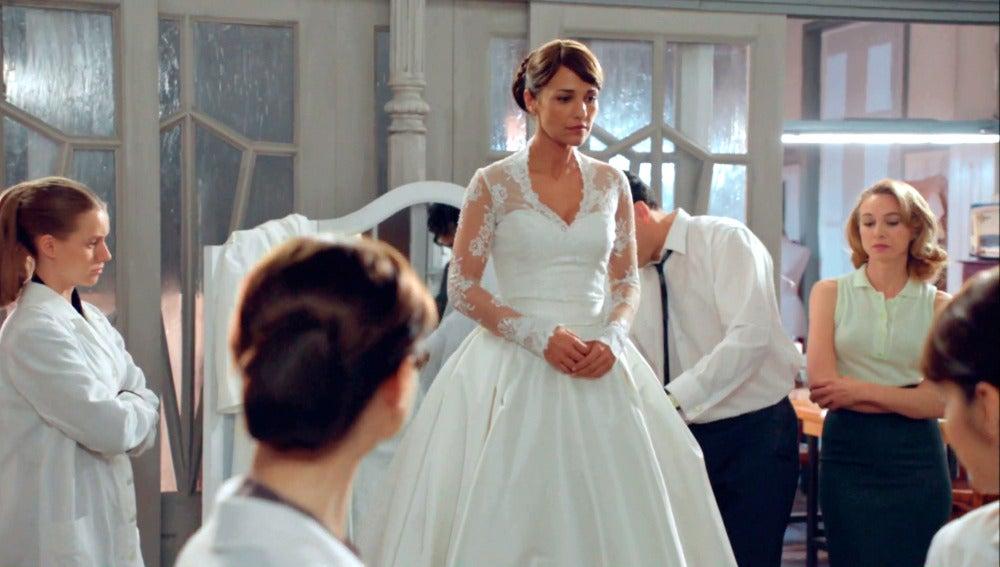 Ana hace de modelo del vestido de Cristina cosido a contrarreloj