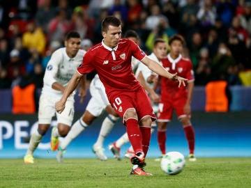 Konoplyanka marcando de penalti el 1-2 para el Sevilla