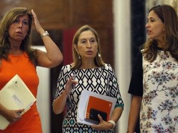 La presidenta de la Cámara Baja, Ana Pastor (c), junto a la vicepresidenta tercera de la Mesa del Congreso, Rosa María Romero (d), y la secretaria primera, Alicia Sánchez-Camacho (i), a su llegada a la reunión de la Mesa, esta mañana en el Congreso de los Diputados
