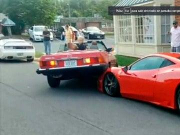 Una mujer aparca su Mercedes-Benz encima de un Ferrari 480