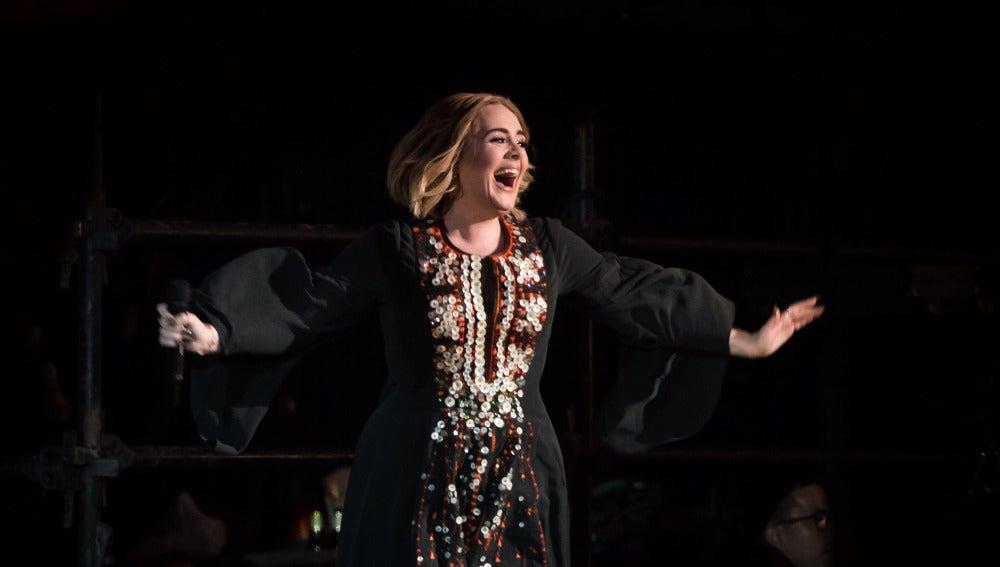 Adele durante su actuación en el festival Glastonbury