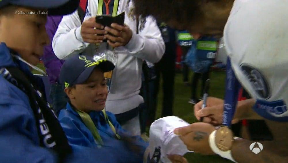 Marcelo firma una camiseta a un niño de ruedas