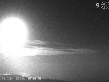 Frame 19.181154 de: Un bólido de gran tamaño cruza el cielo de Tenerife