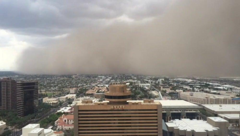 Frame 4.803386 de: Una nube de arena cubre la ciudad de Phoenix