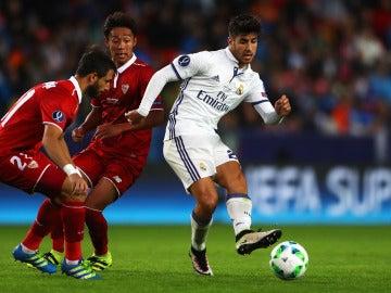 Marco Asensio pasa el balón ante el Sevilla