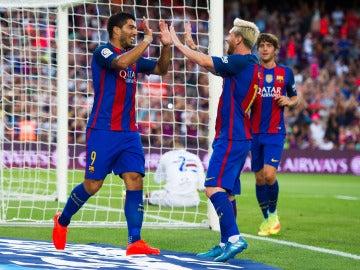 Luis Suárez y Messi celebran un gol en el Camp Nou