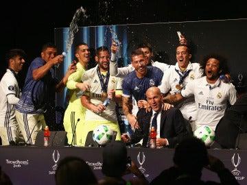 Los jugadores del Madrid invaden la rueda de prensa de Zidane