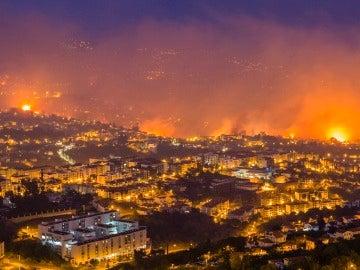 Vista general de un incendio forestal en Funchal, Isla Madeira, Portugal
