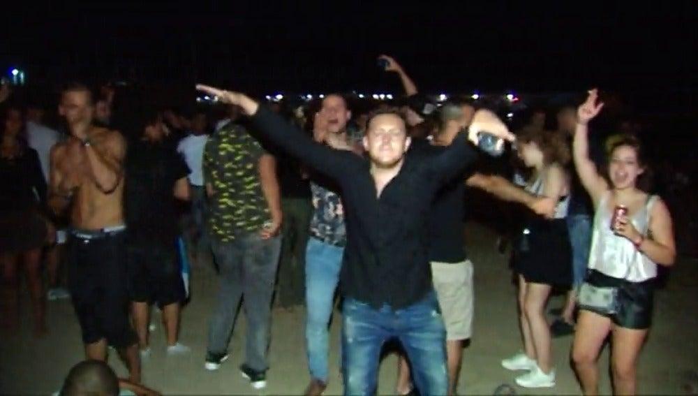 Frame 2.830176 de: Los vecinos de La Barceloneta exigen medidas contra el turismo de borrachera