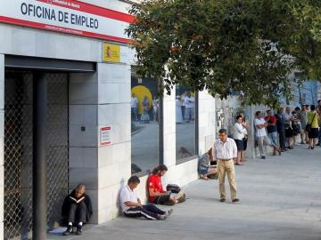 Imagen de la fachada de una Oficina de empleo con personas a la espera