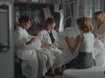 Luisa cuenta a sus amigas que ha abortado