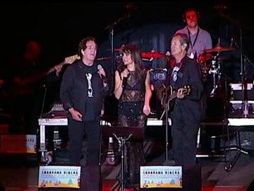 El Dúo Dinámico en el escenario del Sonorama cantando junto con Amaral