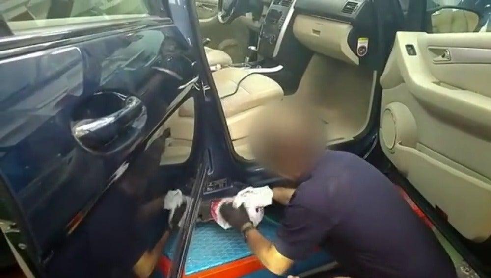 """Frame 6.691268 de: Los coches """"caletas"""" se usan para transportar grandes cantidades de droga"""