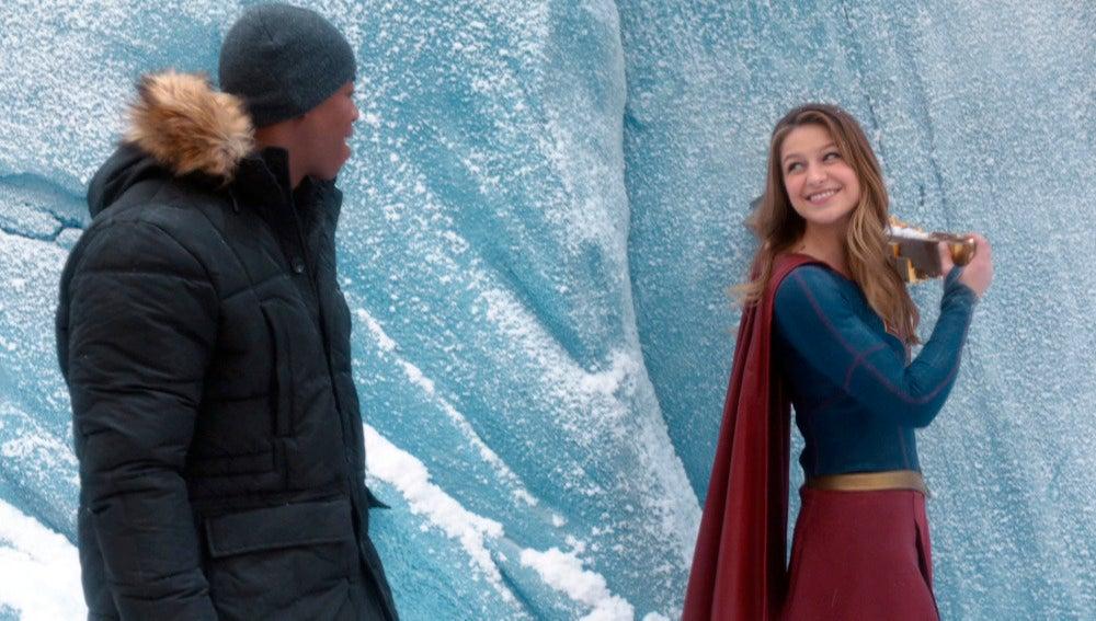 Supergirl visita la Fortaleza de la Soledad de Superman