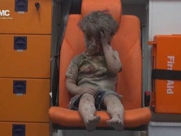 Frame 6.509946 de: Omran, de cinco años, sobrevive a los bombardeos sobre Alepo