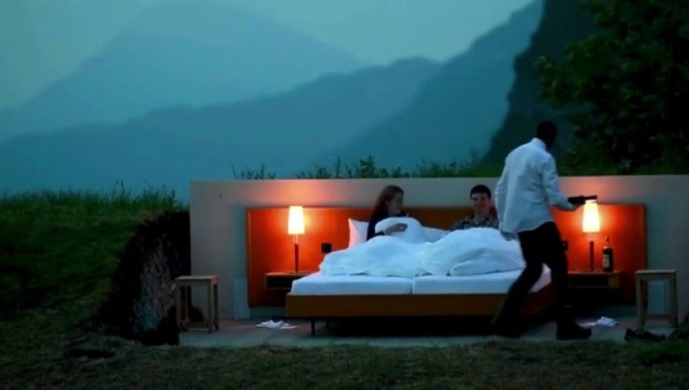 Frame 9.453075 de: Hoteles bajo el mar o sobre un árbol  para pasar una noche diferente