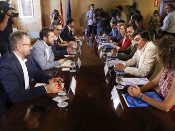 Equipos negociadores de Ciudadanos y PP, reunidos