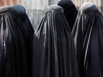 Mujeres llevando burka