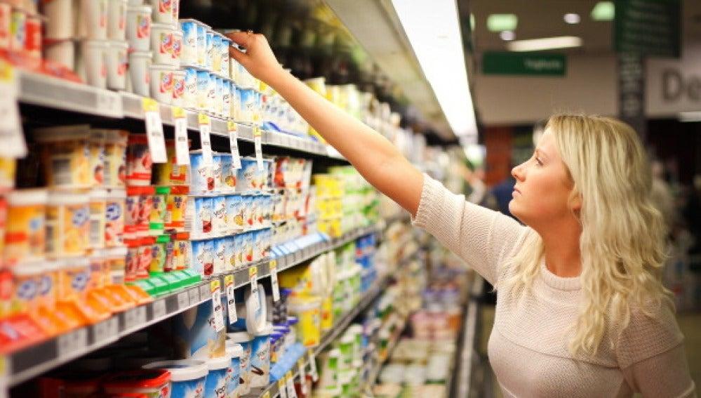 Mujer comprando yogures