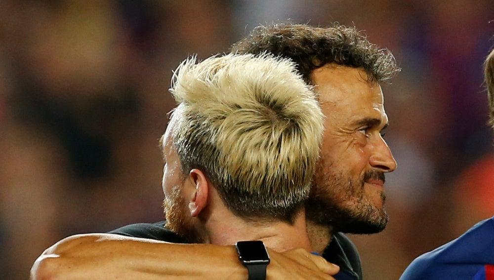 Luis Enrique se abraza con Leo Messi
