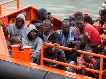 Imagen de archivo de una embarcación de Salvamento Marítimo en Cartagena, tras rescatar a varios inmigrantes subsaharianos