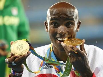 Mo Farah posa con sus dos oros olímpicos