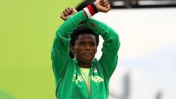 Feyisa Lilesa levanta los brazos en forma de protesta