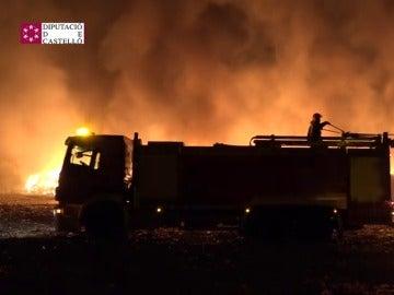 Frame 1.262274 de: Aparatoso incendio en una planta de reciclaje en Cervera del Maestre, Castellón