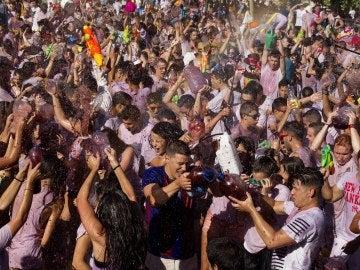 """Los participantes en una nueva edición de la """"Gran batalla del vino"""" que se celebra en el municipio zamorano de Toro"""