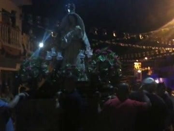 Frame 9.389079 de: Los vecinos bailan a la Virgen de las Nieves al son de un pasadoble, ante la negativa de su párroco