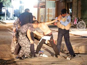 Momento en el que los policías quitan el chaleco bomba al niño