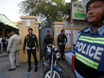 Policía de Camboya a la puerta de los colegios