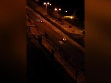 Frame 7.640855 de: Concentración ilegal de coches en un barrio de Cartagena  carreras, derrapes y ruido