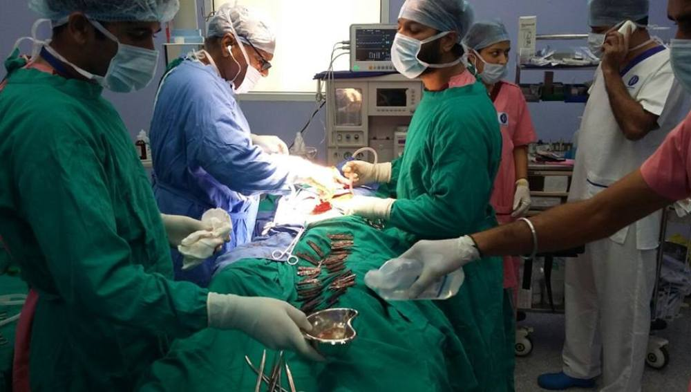 Operación en la que retiran 40 cuchillos del estómago a una hombre
