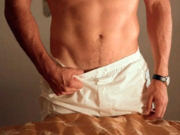 Alberto se desnuda con picardía ante Ana