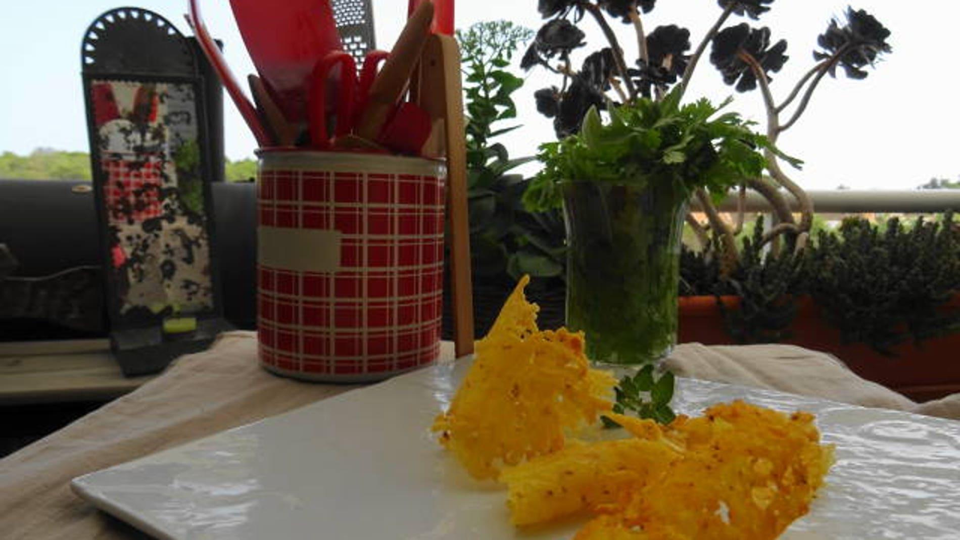 Tejas de queso: un crujiente ideal para acompañar vuestros platos