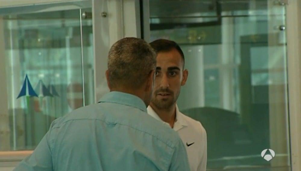 Paco Alcácer, en el aeropuerto
