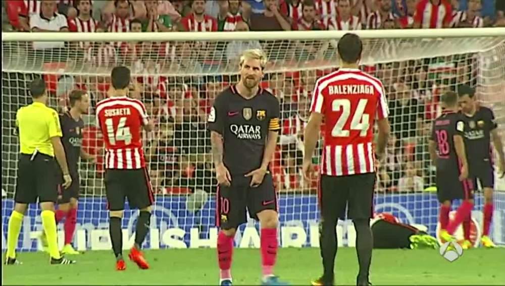 Messi se lleva la mano al aductor durante el partido contra el Athletic