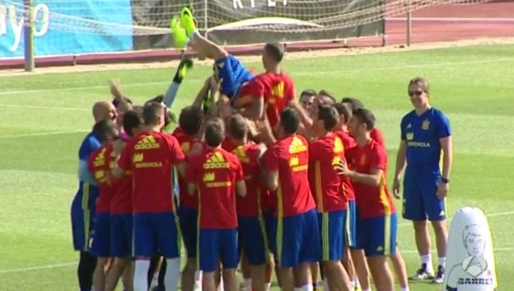 Paco Alcácer, manteado por sus compañeros de Selección