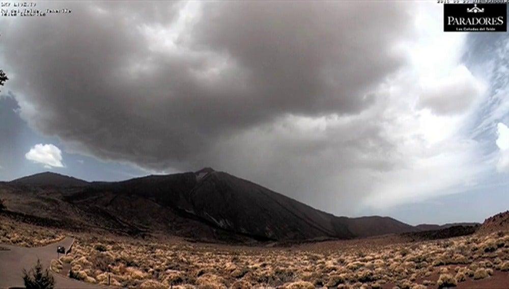 Frame 3.395475 de: Una fuerte granizada tiñe de blanco el Teide