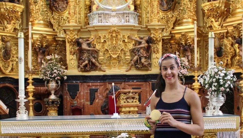 Carolina Marín, junto a la Virgen del Rocío