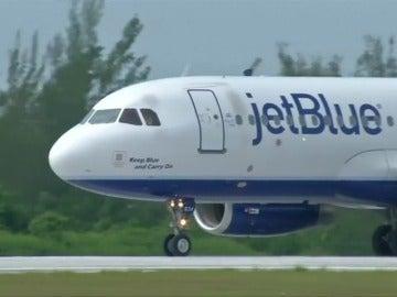 Frame 4.687055 de: Aterriza en Cuba el primer vuelo comercial de EEUU desde 1961