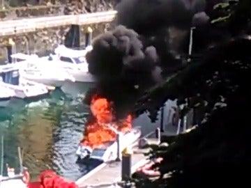 Frame 8.664478 de: Dos heridos al explotar una lancha en el puerto de Llanes, Asturias