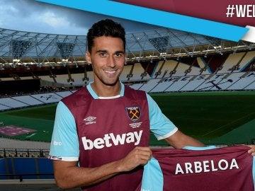Arbeloa posa con la camiseta del West Ham