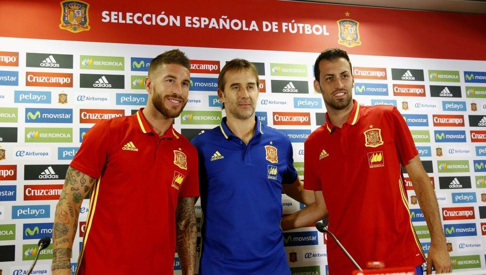 Sergio Ramos, Julen Lopetegui y Sergio Busquets, durante la rueda de prensa